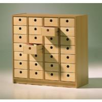 Schränke mit Holzkisten