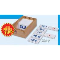 Das Rechenspiel besteht aus 120 doppelseitig bedruckten Kunststoffkarten – im praktischen Buchenholzkasten mit durchsichtigem Schiebedeckel.  Abbildung zeigt Division 1-12