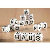 12 Buchstabenwürfel im Set, Kantenlänge 18 mm. Weiße Holzwürfel, Aufdruck in Schwarz.