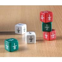 Bruchrechenwürfel 6 Brüche-Würfel im Set, je zwei rote, zwei weiße und zwei grüne. Beschriftet mit den Brüchen von 1/2 bis 1/12.