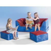 Aufgeklappt ist es eine tolle Ruheinsel, als Sofa bildet es mit den beiden kleinen Hockern eine gemütliche Sitzgruppe