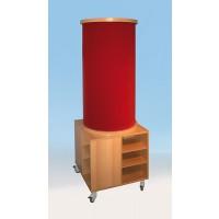 Abbildung zeigt Litfaßsäule mit Stoffoberfläche rot (2), Unterschrank - je Seite ein Fach mit 2 verstellbaren Einlegeböden für Prospekte oder Bastelmaterial. 4 Rollen, 2 davon sind feststellbar.