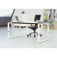 Ein Tisch, zwei Gestelle. Pensum steht wahlweise auf Bügeln oder geschlossenen Wangen.