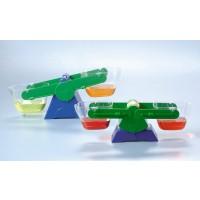 Kinder erlernen mit Hilfe dieser Waage spielerisch, Flüssigkeiten abzuwiegen.