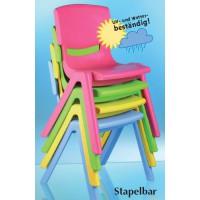 Der farbenfrohe Kunststoffstuhl ist stapelbar und UV-beständig