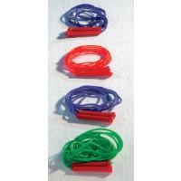 Springseile aus Kunststoff in unterschiedlichen Längen, farbig sortiert